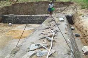 A Fundação Vicente Ferrer, com a ajuda da Bellota Agrisolutions, constrói uma barragem